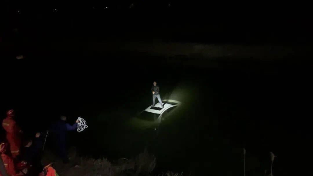 """车辆落水如何""""自救"""",赶紧来看这份逃生指南!"""