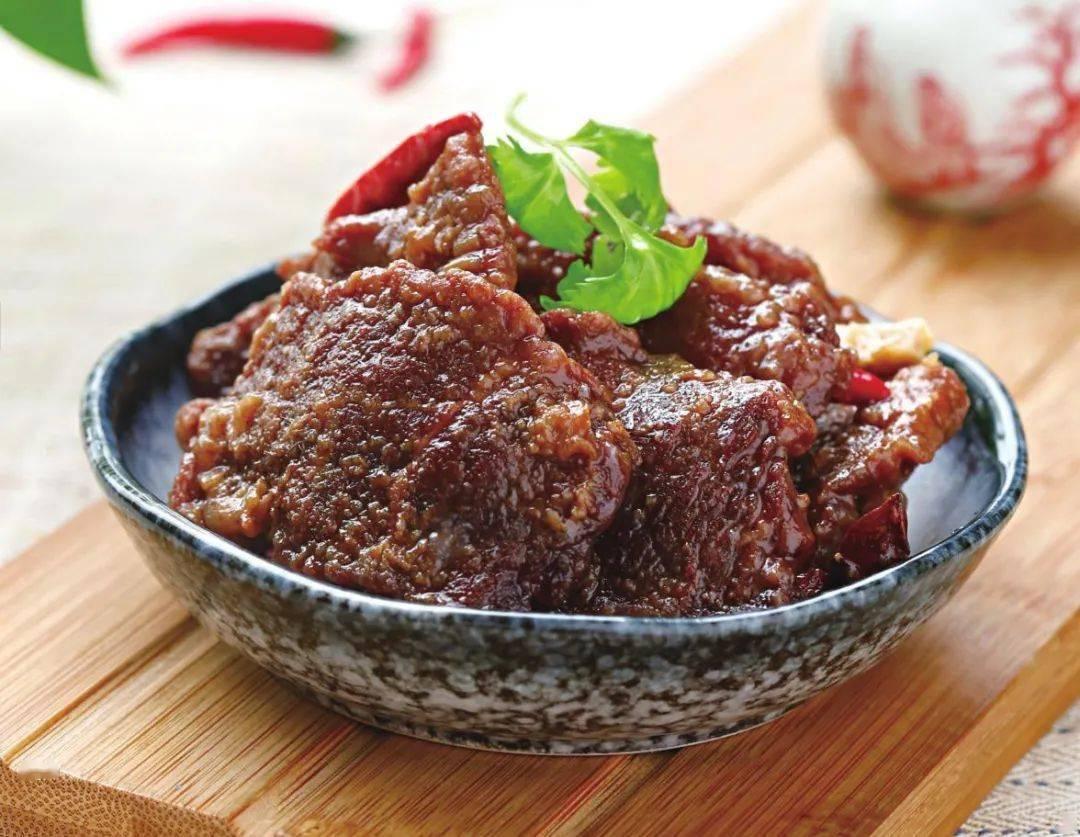 天顺开户:过年的牛肉别只会酱着吃,换种做法,口感鲜香味道好,上桌更受欢迎_香菜叶
