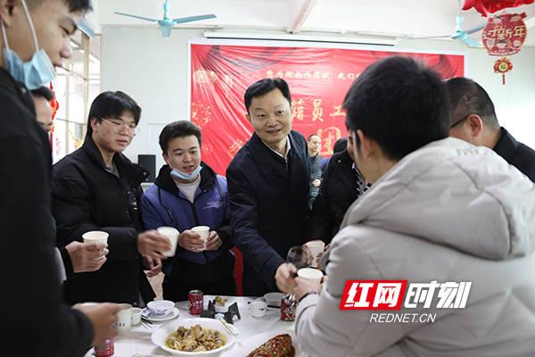 湖南衡南:大年三十,交通局长和她们携手共进团年宴