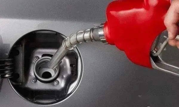 加油不是加满就是加200?老司机:你这是在亲手毁车,还乐得自在