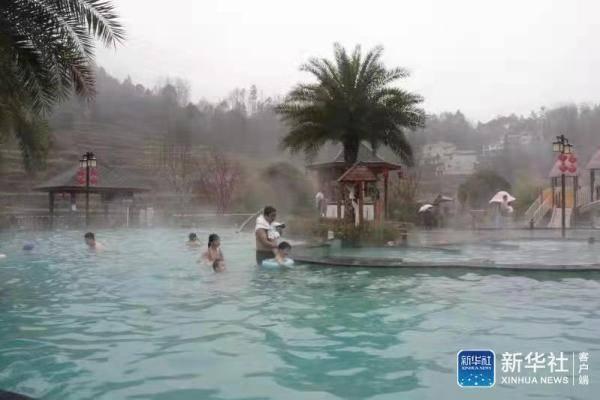 绥阳:春节泡温泉 温暖过大年