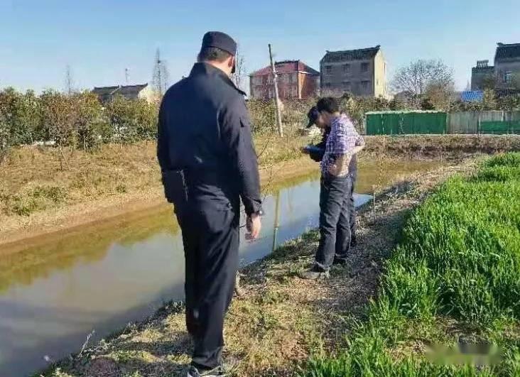 """村民自家鱼塘里发现墓碑残骸,上面写着""""大清乾隆"""",专家:这碑已经200多年了"""