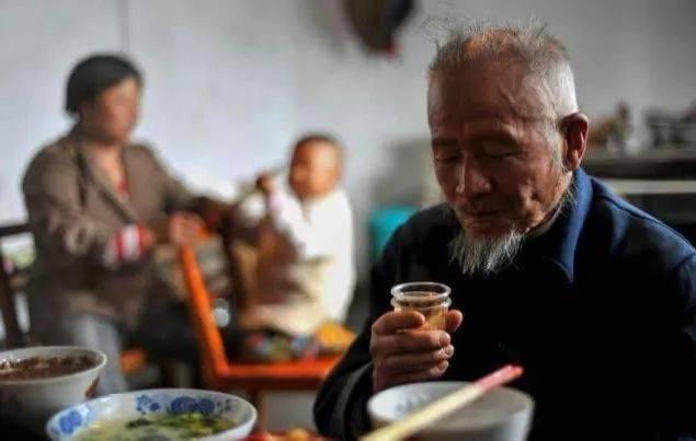 每天喝二两白酒的人和滴酒不沾的人,哪种人更容易长寿?
