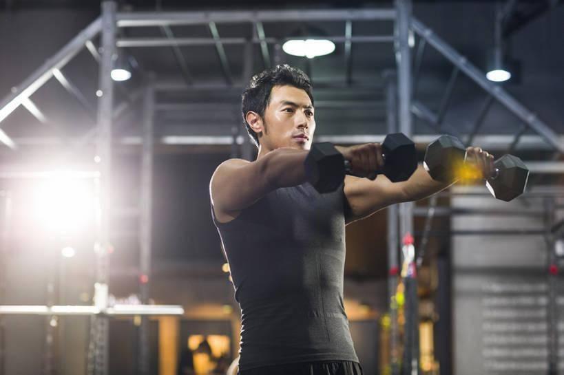 健身动作带给我们许多好处,有一些动作比较简单,而且还很有效_杠铃
