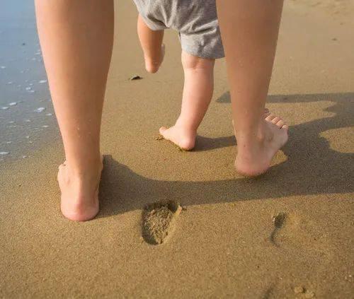 """千里之行始于""""足""""下,孩子腳部發育不好,影響的不只是走路……"""