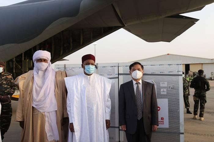 中國援助尼日爾新冠疫苗運抵尼亞美 尼總統到場迎接