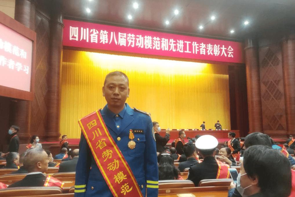 都江堰最美公交司机唐维刚:有爱有勇气! 讲情讲奉献!