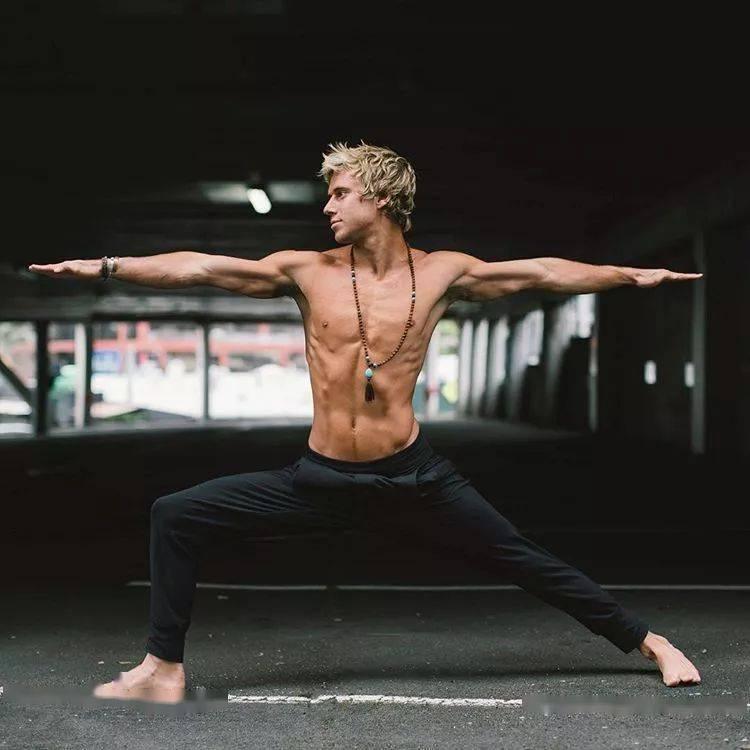 谁说撸铁的人不能练瑜伽?窦骁喊你练瑜伽了..._男人