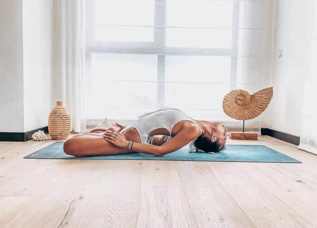 一套减压瑜伽序列,适合40-50岁女性,在家就能练!_脊柱