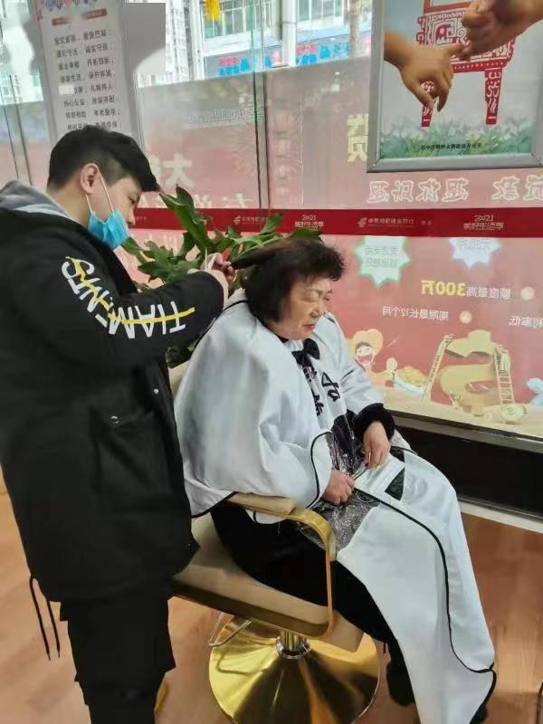 """邮储银行四川省分行""""三心""""服务带给老年客户温暖"""
