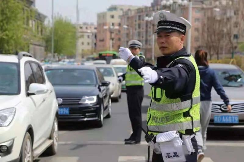 节日我在岗 安全保畅通,交警在路上