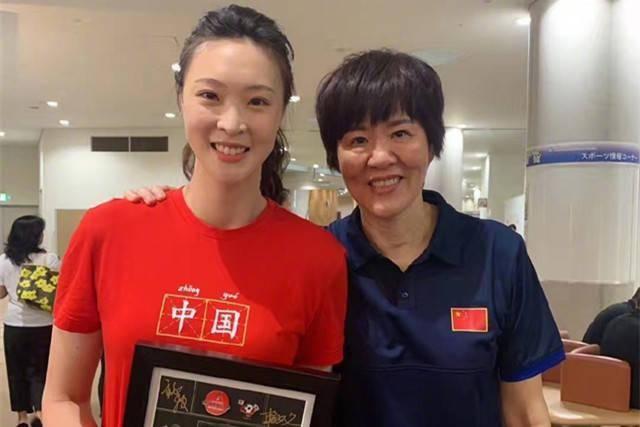 惠若琪发声:让排球世界更加精彩!晒出和郎平合照笑容可爱