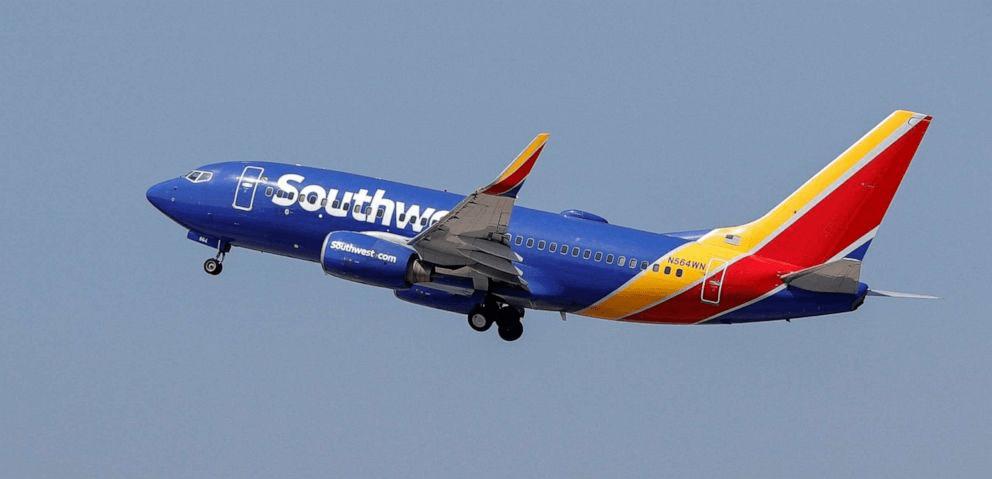 惡劣!美國一男機長飛行期間在女副機長前脫衣服,還拿筆記本看色情片……