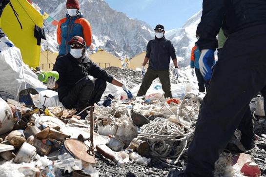 尼泊尔军队收集到超27吨高山垃圾并带回4具登山遇难者遗体 (图1)