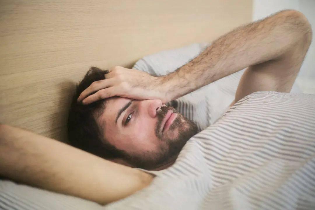 夜里睡不够易发胖,白天补觉并不能抵消风险!成年人每晚至少要睡够这个数!