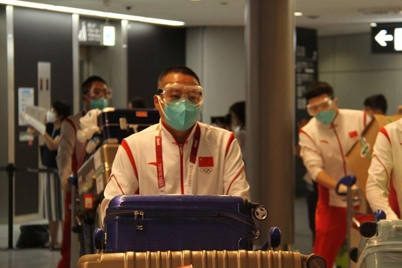 组图:乒乓球、女足等中国体育代表团第二批成员抵达东京备战奥运