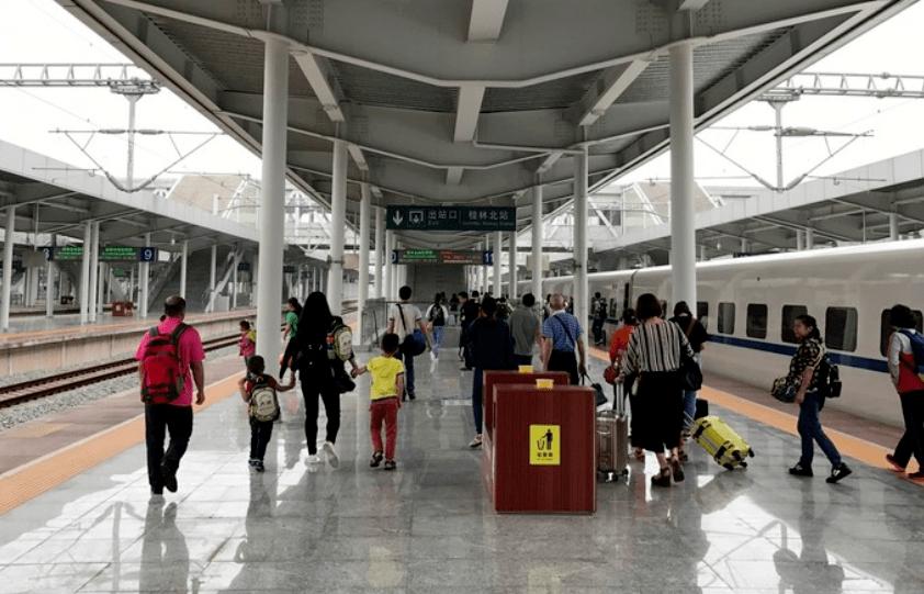 社会丨桂林北站疑似人贩子诱拐儿童 当众对孩子做这些举动!