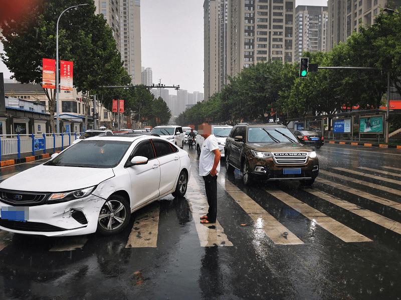 雨天驾驶员视线受阻