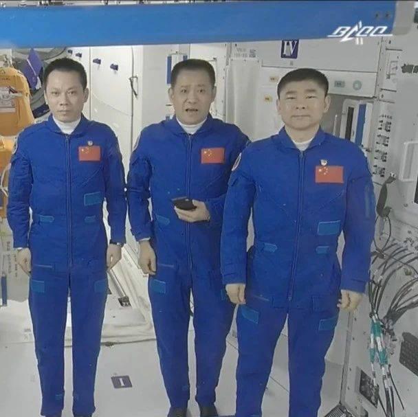 """返回舱平安着陆!""""太空出差三人组""""回家过中秋啦~"""