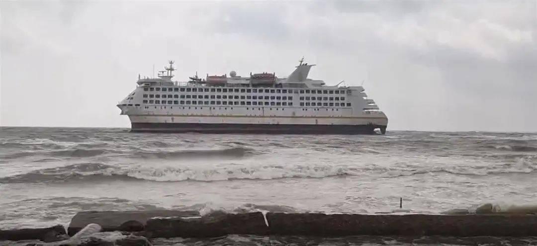 威海人和镇附近海域,一外籍邮轮搁浅,船上有3人,正在制订脱浅方案...