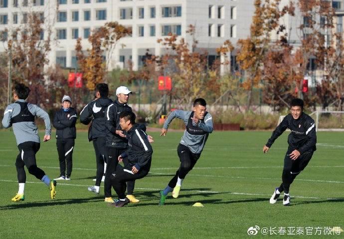 直播吧10月26日讯据亚泰俱乐部官博报道,今晚亚泰队在上海集